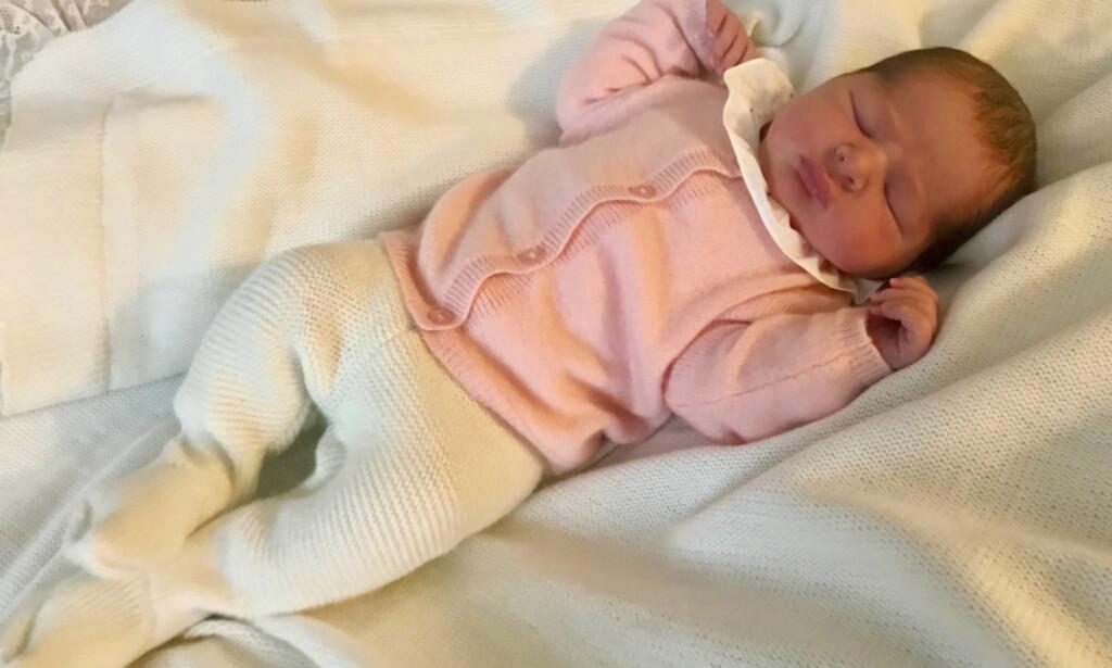 NYFØDT: Dette er det aller første bildet av Sveriges nyfødte prinsesse. Foto: Chris O'Neill / Kungahuset.se