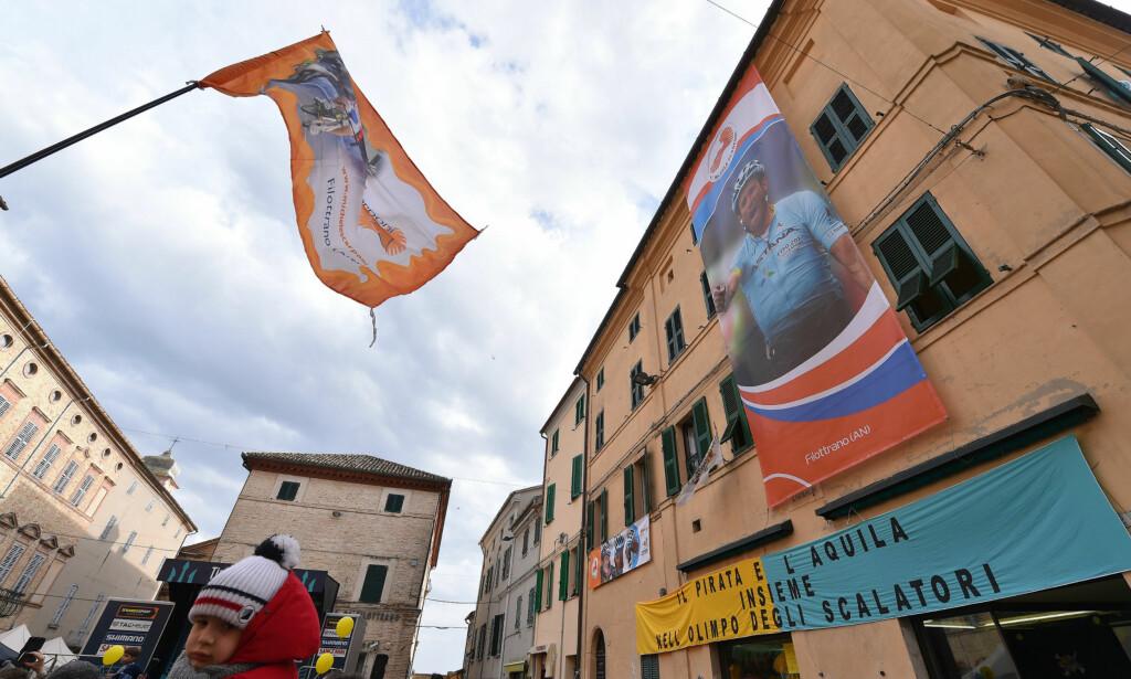 INGEN TVIL OM HVEM SOM VAR HELTEN: Bygatene i Filottrano ble pyntet for å hedre bysbarnet Michele Scarponi. FOTO: Tim De Waele/TDWSPORT.COM