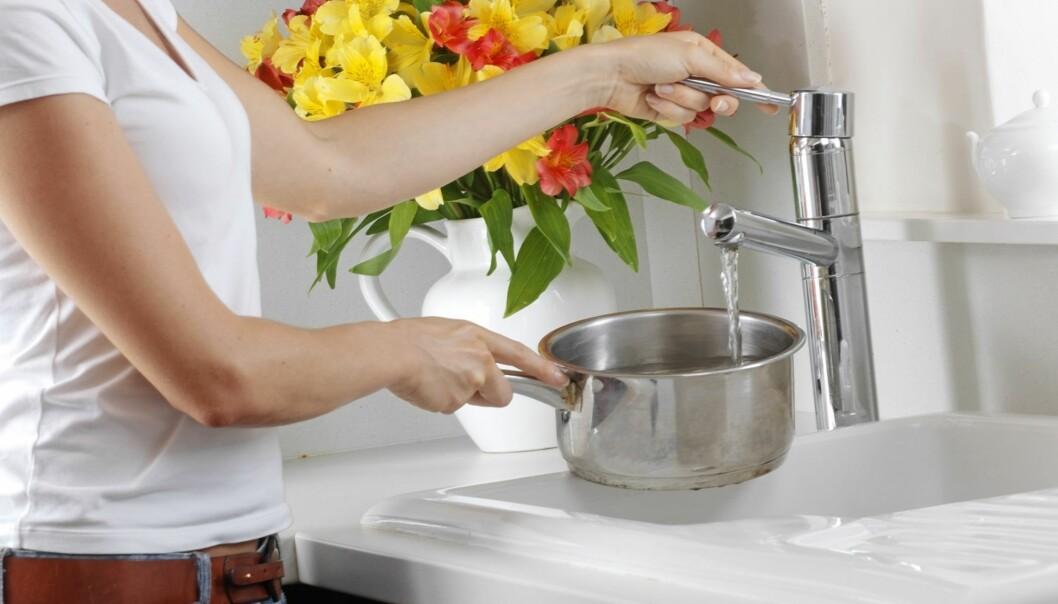 KOKING: Å koke vannet vil kunne drepe bakterier, men det fjerner ikke metaller. FOTO: NTB Scanpix