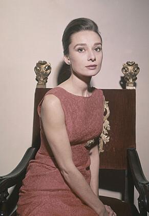 FAN: Audrey Hepburn var kjent som en stor reklameplakat for Givenchy, og brukte flere av hans kreasjoner i sin levetid. Foto: NTB scanpix