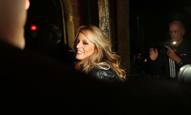 STOR INTERESSE: Stormy Daniels ble møtt av et stort presseoppbud da hun var på vei til jobb fredag. Foto: Afp / NTB Scanpix