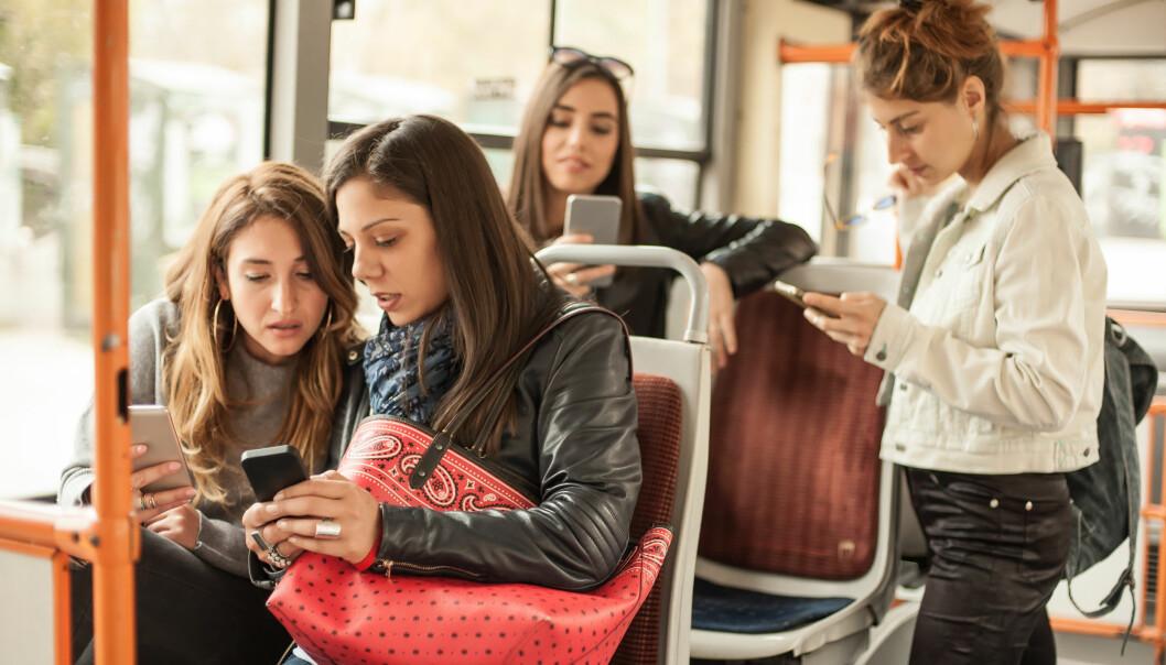 SVEKKER RELASJONER: Når mobilen blir en avhengighet, kan det gå utover kvaliteten på kontakten med folk i det virkelige liv. FOTO: NTB Scanpix