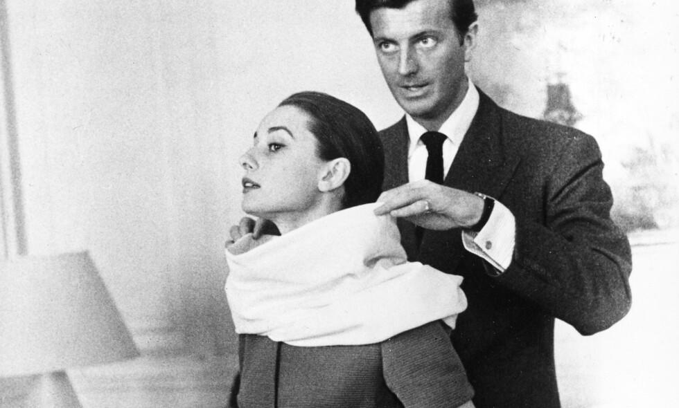 NÆRT SAMARBEID OG VENNSKAP: Hubert de Givenchy og Audrey Hepburn var begge av adelsslekt, men sto bak en stil som var svært innflytelsesrik i de opprørske sekstiårene. Foto: AP/Scanpix