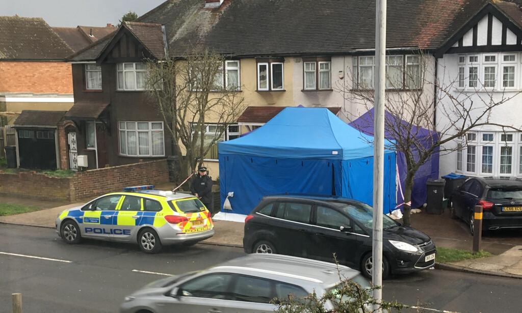 ETTERFORSKES: Politiaktivitet på en adresse i sørvest-London tirsdag. Ifølge en uttalelse fra politiet etterforskes dødsfallet til den russiske forretningsmannen Nikolaj Glusjkov. Foto: AP/NTB Scanpix