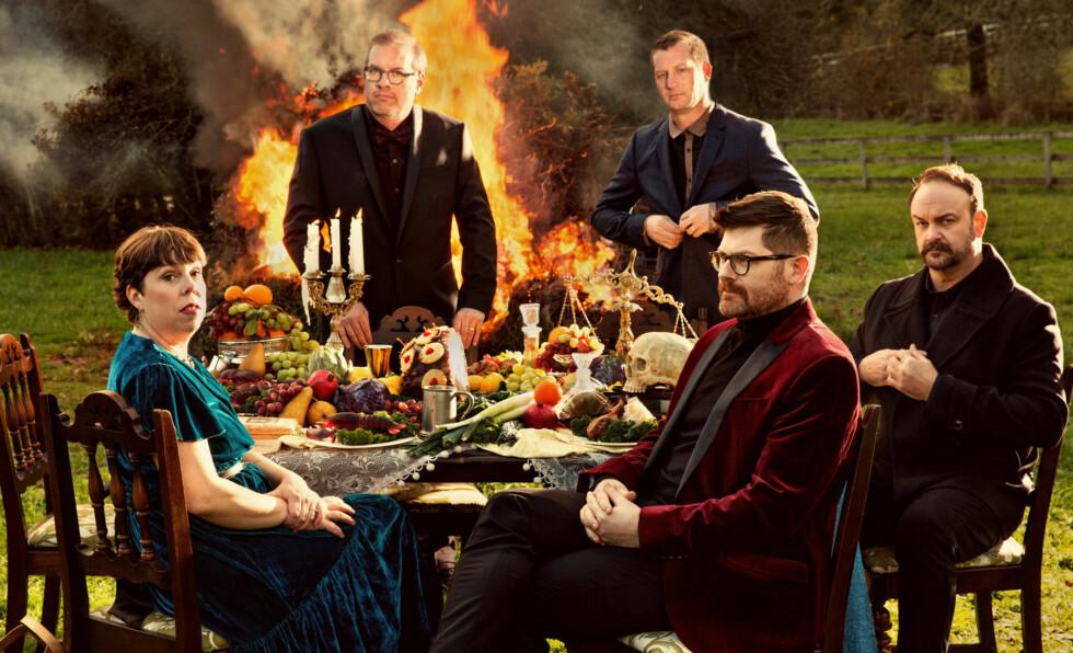 FULL FYR: Ildfullt fra The Decemberists, som både er lik seg og går litt andre veier på sitt åttende album.