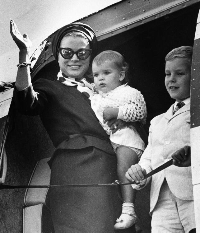 VERDENSKJENTE: Grace Kelly var en elsket skuespiller, og ble ikke mindre populær da hun ble fyrstinne av Monaco. Her fotografert i Philadelphia i 1966 med dattera Stephanie og sønnen Albert. Sistnevnte fyller nå 60 år, og er regjerende fyrst av Monaco. Foto: AP, NTB scanpix