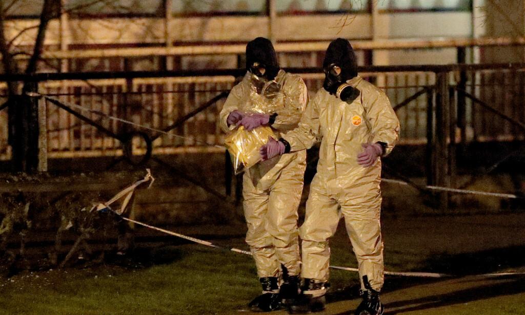 UTVISE: Storbritannia vil utvise russiske diplomater i kjølvannet av giftangrepet i Salisbury. Her gjennomsøker britiske etterforskere stedet der dobbeltagenten Sergej Skripal og dattera Julia ble funnet livløse for en drøy uke siden. Foto: NTB scanpix