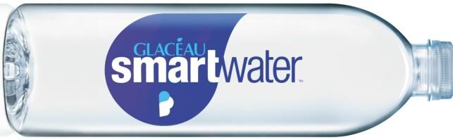 COCA-COLA: Smartwater-flaskene merkes med Glacéau, men ble kjøpt opp av Coca-Cola i 2007. I fjor skal vannmerke ha solgt flasker for 6,4 milliarder kroner. Foto: Coca-Cola