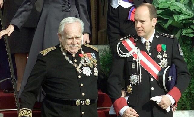 BEKYMRET: Fyrst Rainier III, her fotografert med sønnen i 2001, var bekymret for framtida til Monaco. Han var redd sønnen aldri skulle få barn, som før lovendringen i 2002 ville betydd at Monaco ville opphørt å være en stat. Foto: NTB scanpix