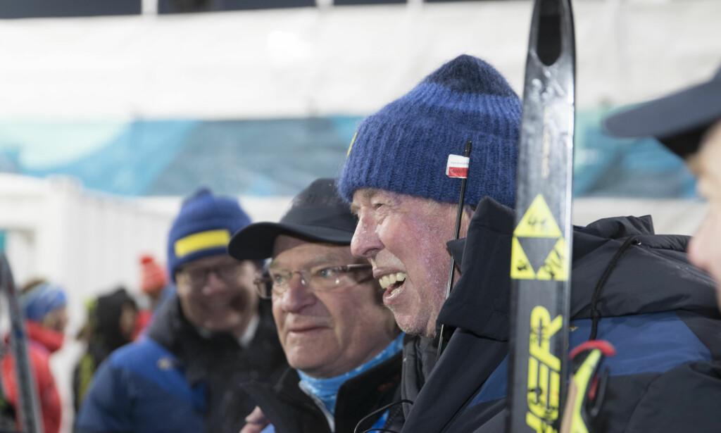 SUKSESSMANNEN: Tyske Wolfgang Pichler styrer de svenske skiskytterne med stødig hånd - og det med stor suksess. Her poserer han med svenskenes kong Carl Gustaf under OL i Pyeongchang. Foto: NTB Scanpix