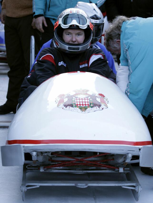 BOB: Fyrst Albert har kjørt bob også etter at han la opp som OL-utøver. Her er han avbildet i St. Moritz i 2011, like før løpet Bobsleigh Monaco Historic Race. Foto: Reuters/ NTB scanpix