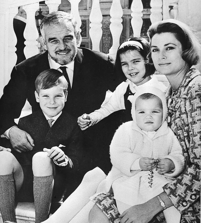 STORFAMILIEN: Rainier III og Grace Kelly fikk tre barn. Gutten foran fyrsten er Albert, mens Grace Kelly har Stephanie på fanget. I midten er eldstedattera Caroline. Grace Kelly døde i en bilulykke i 1982, etter å ha fått et hjerteinfarkt mens hun kjørte. Stephanie var også i bilen, men overlevde. Foto: AP, NTB scanpix
