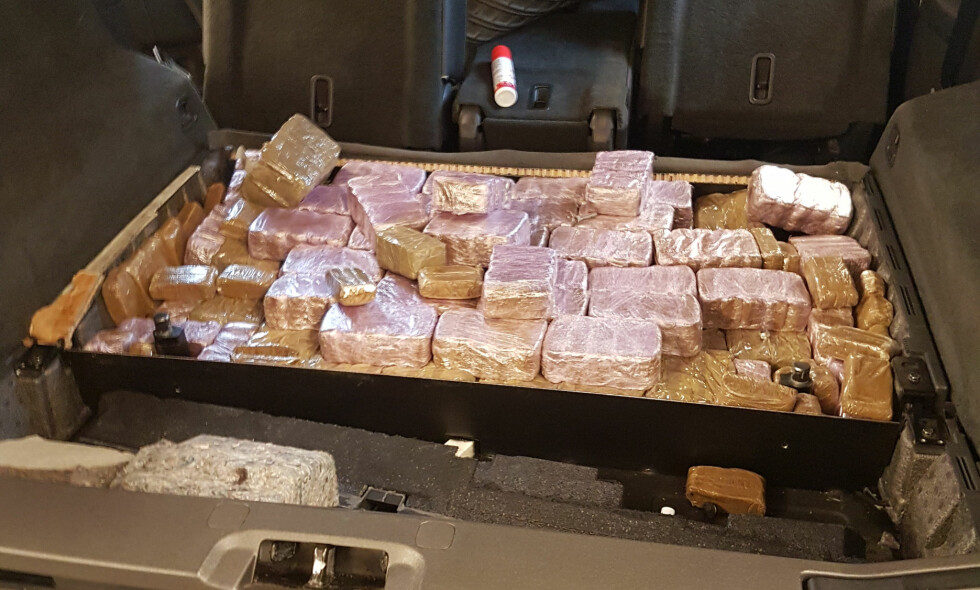 BAGASJEROM: Under en plate i bagasjerommet ble 55 av totalt 95,51 kg hasj funnet. De resterende kiloene ble funnet foran i bilen. Foto: Tollvesenet
