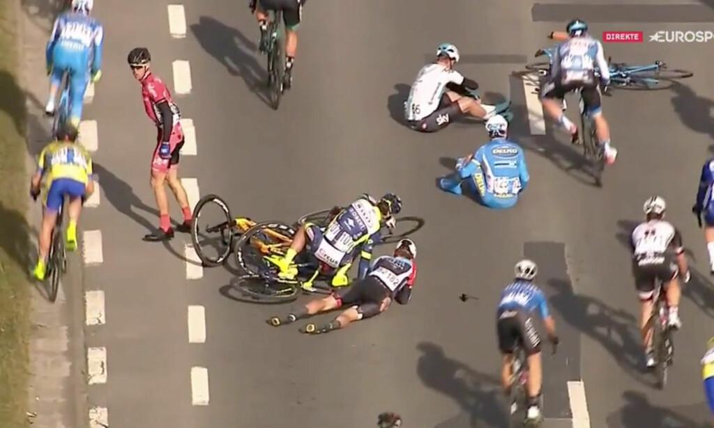 VELT: Mikkel Bjerg (liggende) og Chris Lawless (i hvitt) var to av rytterne som gikk ned. FOTO: Skjermdump fra Eurosport Norge