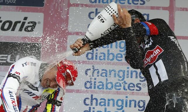GJENNOMBRUDD: John Degenkolb vant i 2015 og benyttet anledningen til å gi Alexander Kristoff en solid dusj på podiet. FOTO: AFP PHOTO / VALERY HACHE