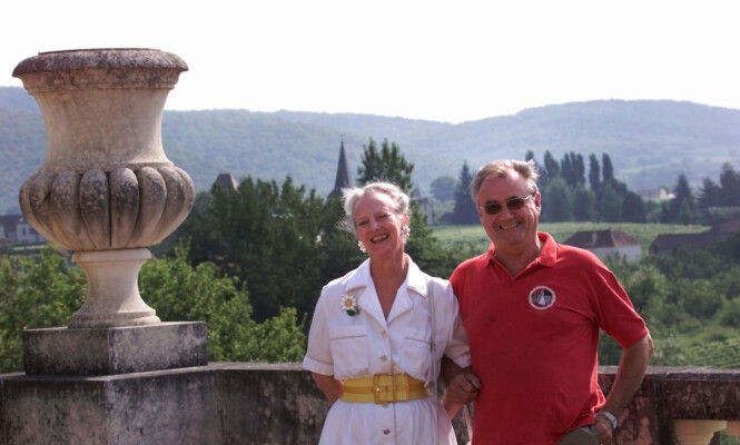 GODE MINNER: Det er kanskje ikke så rart at de falt for det franske chateauet, etter som prinsen selv er av fransk opprinnelse. Her er de fotografert i 2000, en deilig sommerdag. Foto: NTB scanpix
