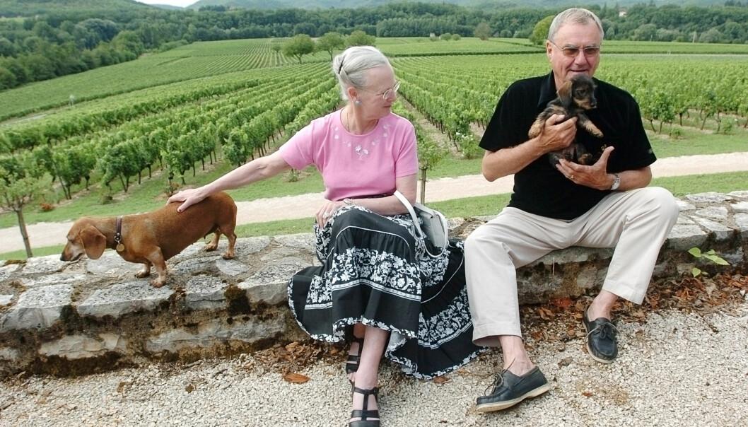 HUNDEGLADE: Paret har gjennom tidene hatt flere hunder, og nå er det klart at det blir dronningens ansvar å ta vare på dem. Foto: NTB scanpix