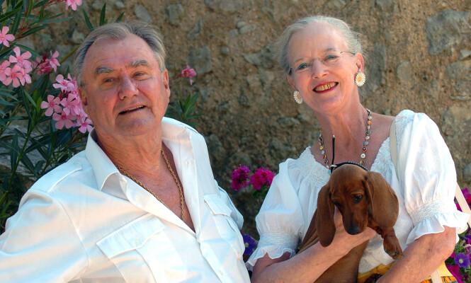 BLIDE: Paret var ofte på besøk i Frankrike, og trivdes godt i sitt selveide slott. Her fotografert i 2006, sammen med en liten valp. Foto: NTB scanpix
