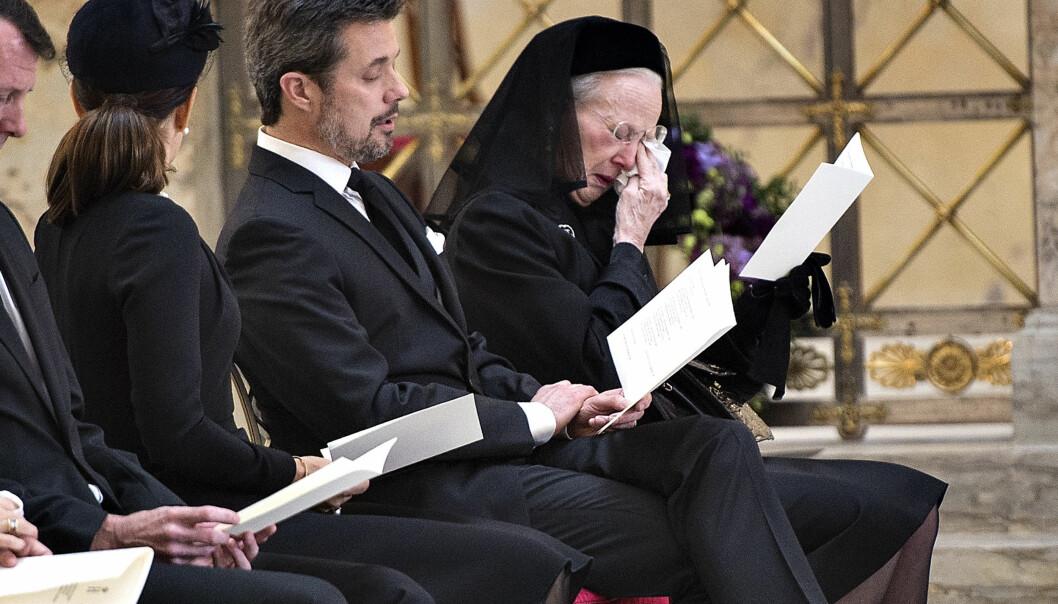 TOK FARVEL: Dronning Margrethe klarte ikke å holde tårene tilbake da hun tok sitt siste farvel med sin ektemann gjennom over 50 år. Foto: NTB scanpix