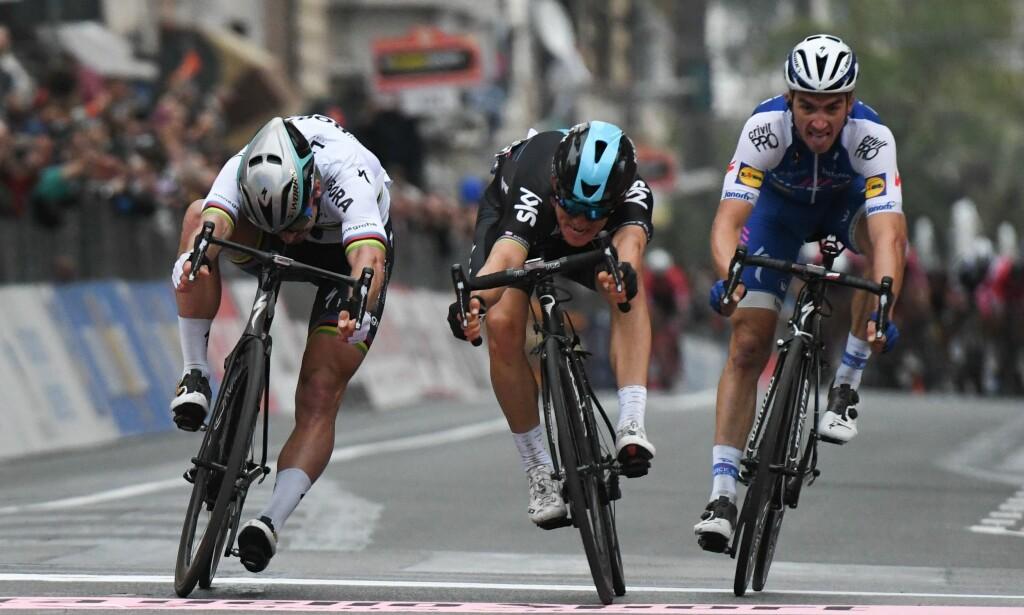 2017: Kwiatkowski tukter Sagan på Via Roma og vinner Milano-Sanremo 2017. Noen sekunder senere vinner Kristoff spurten i hovedfeltet. AFP PHOTO / YANN COATSALIOU
