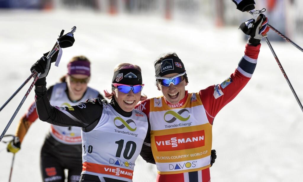 GODE VENNER: De har kjempet mot hverandre i skisporet i mange år. Nå legger Kikkan Randall (til venstre) og Aino-Kaisa Saarinen opp - men maner Marit Bjørgen til å ikke gjøre det samme. Her er Randall og Bjørgen like over målgang i Davos i 2013, da Bjørgen vant foran Randall. Foto: NTB Scanpix