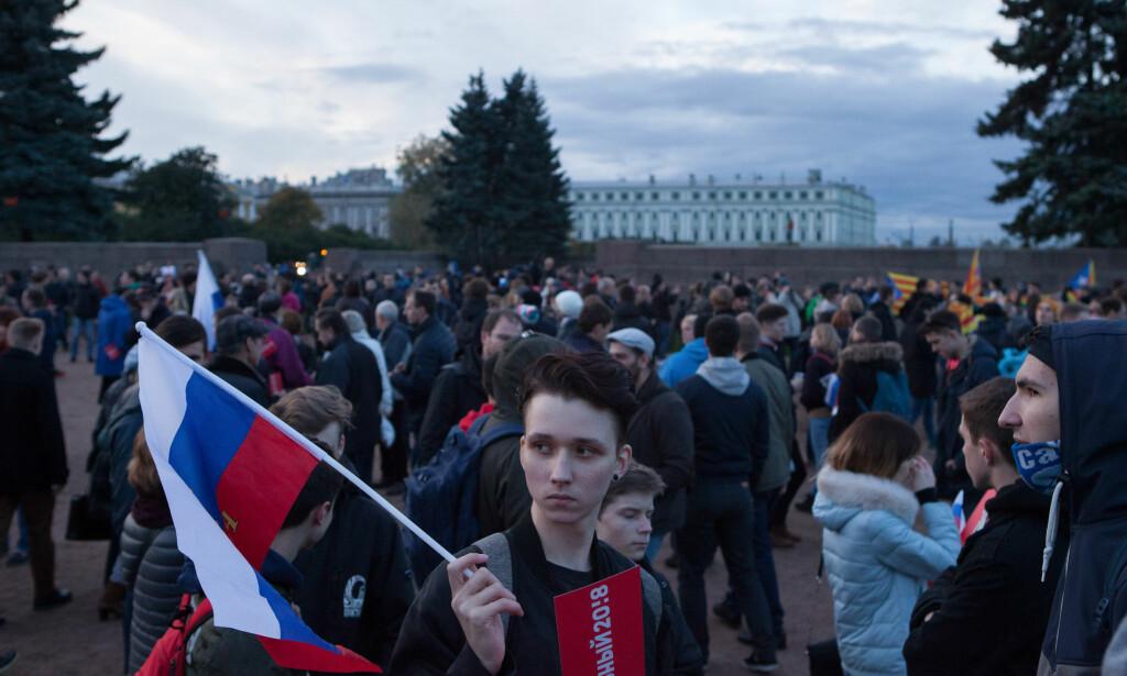 DEMONSTRASJONER: Unge medlemmer av «Generasjon Putin» med russiske flagg demonstrerer til støtte for Aleksej Navalnij i St. Petersburg sist høst – på president Vladimir Putins bursdag. Flere aktivister ble arrestert. Foto: Emile Ducke / DPA / NTB Scanpix