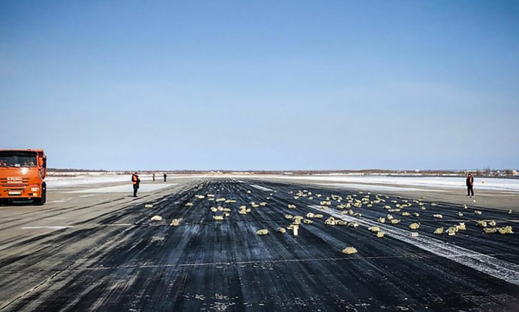 <b>GULL OG SØLV:</b> Et problem under takeoff gjorde at mer enn tre tonn edle metaller ble spredt utover rullebanen i Yakutsk i Sibir. Foto: HO / YakutiaMedia / AFP / NTB Scanpix