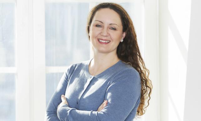 Malin Skaar, leder for Orkla Forbrukerservice og ekspert på www.plusstid.no anbefaler å vaske oppvaskbørsten i oppvaskemaskinen, så får den lenger levetid. Foto: Lilleborg