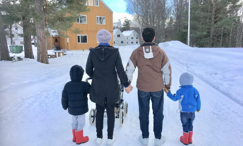 MÅ TILBAKE TIL AFGHANISTAN: Familien på fem, her på Hvalsmoen transittmottak i går, har fått lagmannsrettens kjennelse om at de blir utvist til Afghanistan i påvente av at retten tar den endelige avgjørelsen om de får opphold i Norge. Foto: Frank Håvik, Nytt Liv Sunnhordland.