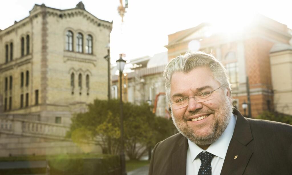 REAGERER: Morten Wold i FrP reagerer på at pasienter må betale for å ringe Helsereiser. Han synes jobben med å fjerne nummeret går for sakte. Foto: Peter Mydske / Stortinget