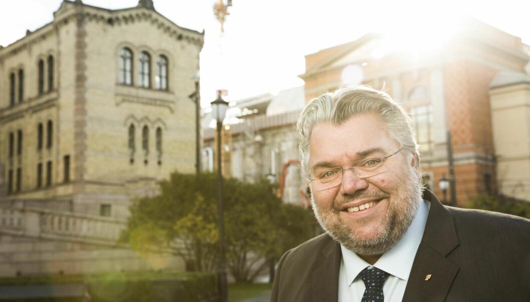 <strong>REAGERER:</strong> Morten Wold i FrP reagerer på at pasienter må betale for å ringe Helsereiser. Han synes jobben med å fjerne nummeret går for sakte. Foto: Peter Mydske / Stortinget