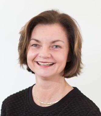 <strong>LOVER BEDRING:</strong> Fagdirektør Hilde Holt i Pasientreiser sier de jobber med å få på plass billigere løsninger. Foto: Pasientreiser