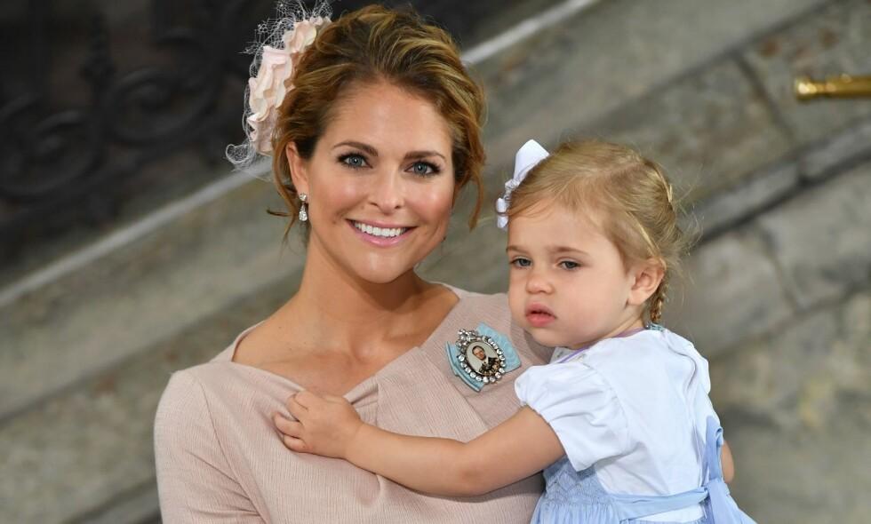 FÅR KRITIKK: Prinsesse Madeleine blir beskyldt for å rappe plassen på sykehuset fra andre fødende kvinner. Nå svarer det svenske hoffet på kritikken. Her med prinsesse Leonore i dåpen til prins Oscar i 2016. Foto: AFP/ NTB scanpix