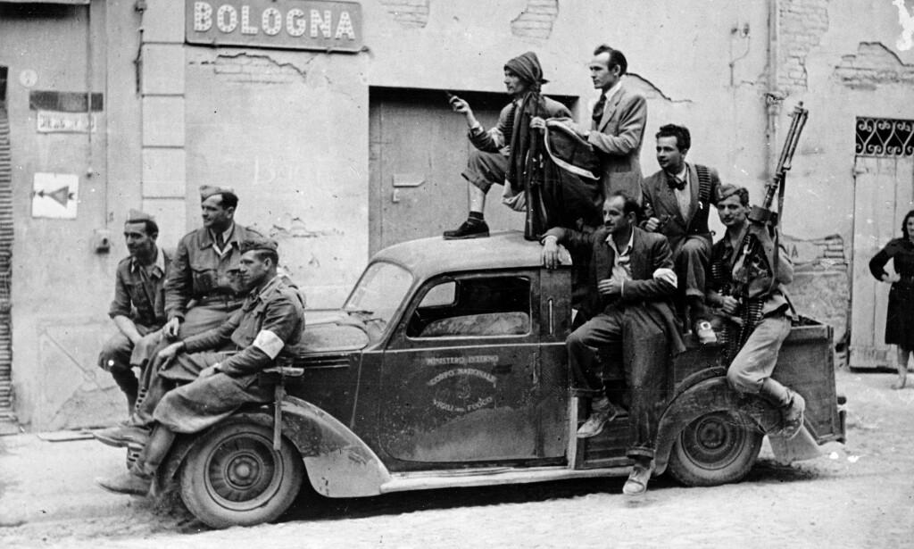 MOTSTANDSFOLK: Italo Calvinos debutroman handler om italienske partisaner under andre verdenskrig. Her er en gruppe motstandsfolk fotografert i Bologna i 1945. Foto: NTB SCANPIX