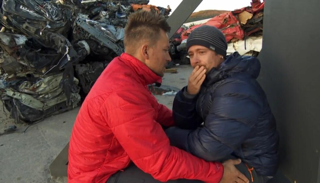BRAST I GRÅT: Det ble tøft for Lars Erik Blokkhus etter at John Arne Riise trakk seg. Her får han trøst av Håvard Tvedten. Foto: TVNorge