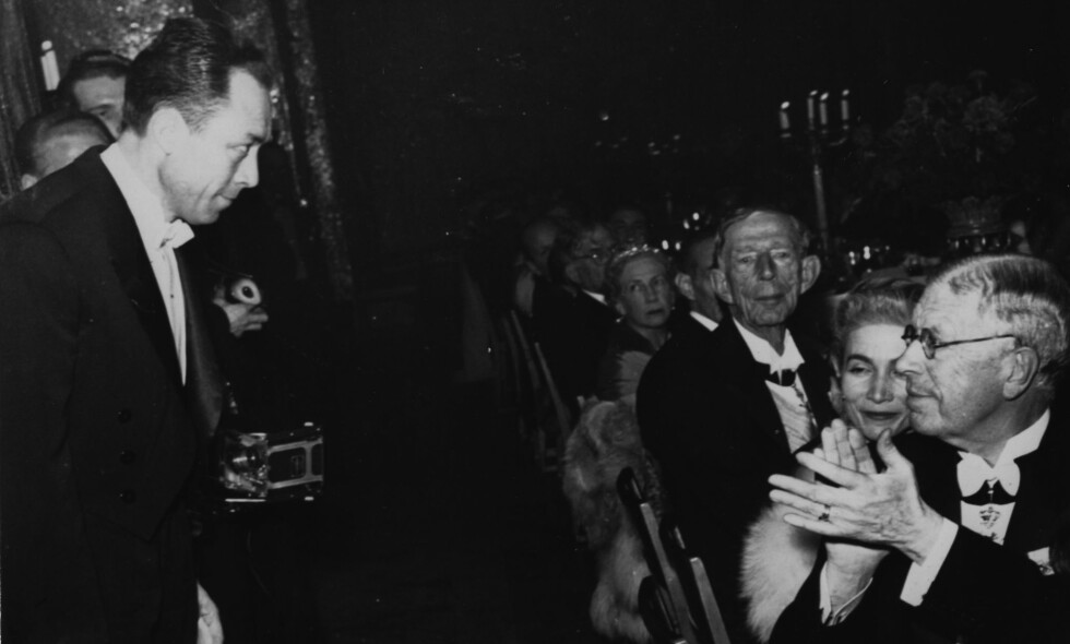NOBELPRISVINNER: Den franske forfatteren Albert Camus gratuleres av svenske Kong Gustaf Adolf, etter å ha fått nobelprisen i litteratur i 1957. Nå er en nyoversettelse av en av hans bøker nominert til kritikerprisen for beste oversettelse. Foto: NTB SCANPIX