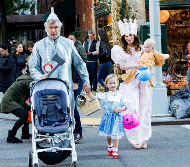 FIN FAMILIE: Alec og Hilaria Baldwin sammen med to av sine tre barn, Carmen og Leo Baldwin, på Halloween i New York i fjor høst. Foto: Splash News/ NTB scanpix