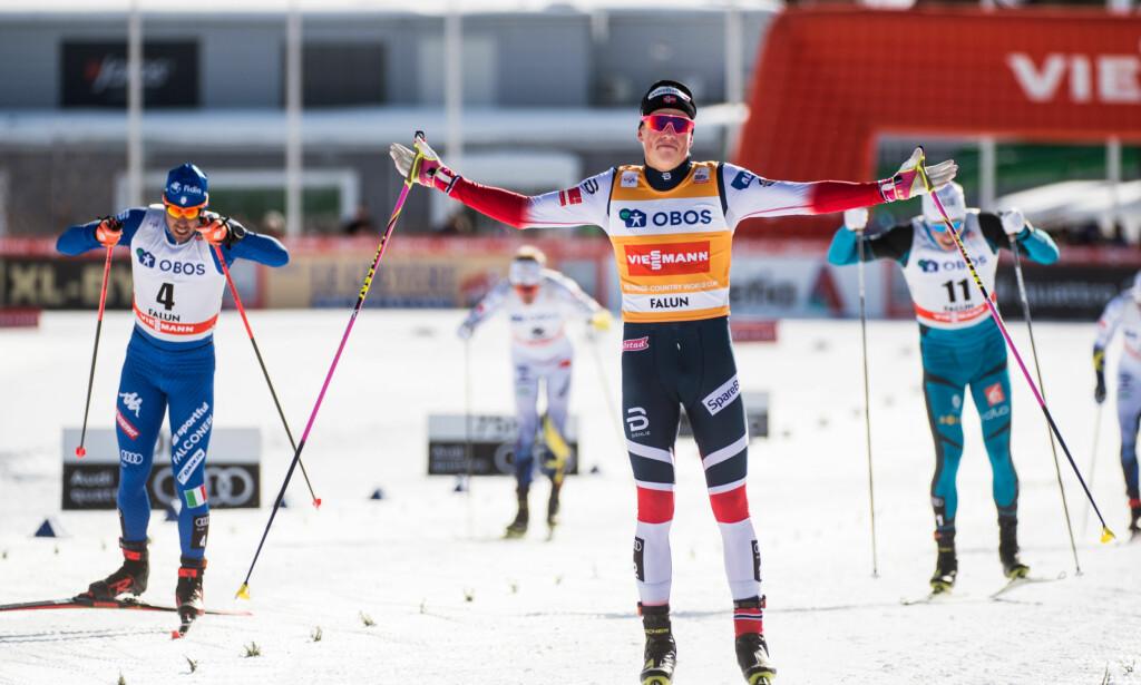 KONGEN AV SPRINT: Johannes Høsflot Klæbo var igjen utilnærmelig på sprinten i Falun. Til venstre går Federico Pellegrino inn til ny andreplass. Foto: Bildbyrån