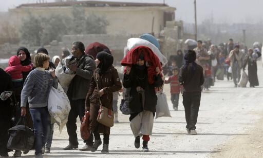 PÅ FLUKT: Syrere på flukt fra Øst-Ghouta. Foto: AP / NTB scanpix