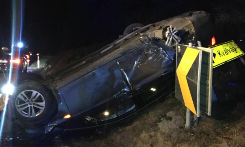 HADDE FLAKS: Politiet i Sør-Vest politidistrikt sier at føreren og passasjerene av denne bilen hadde flaks. De er kjørt til sykehus for sjekk. Foto: Politiet