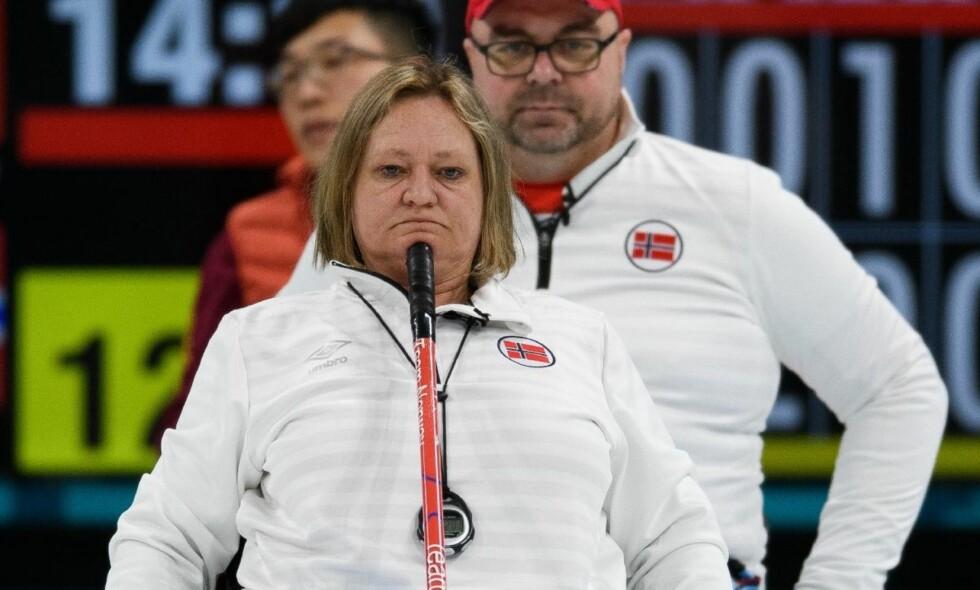 FØRSTE MEDALJE: Det norske curlinglaget, her med Sissel Løchen i front, tok sølv i Paralympics etter finaletapet mot Kina. Norge var centimeter fra seier, men bommet på siste steinen. Foto: REX / NTB Scanpix