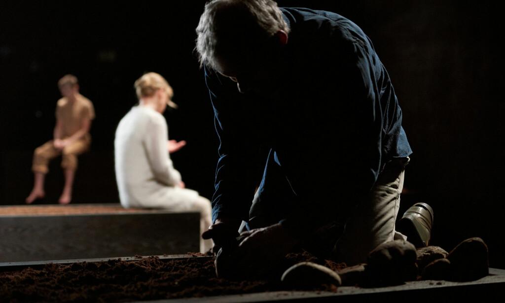 MØRKE: Øyvind Wangensteens lysdesign har respekt for mørket. Her er Nils Johnson som far Hallvard, med Liv Bernhoft Osa og Olavus Frostad Udbye i bakgrunnen.