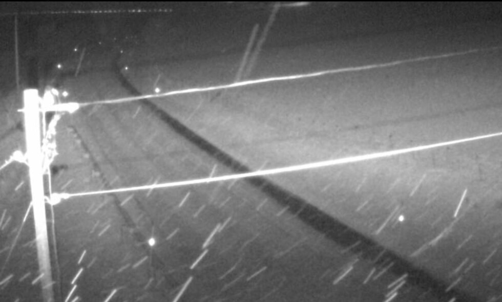 STENGTE VEIER: Dette bildet er fra E6 ved Nordnes i Troms i natt. Flere veier i Troms og Finnmark er stengt som følge av uvær. Foto: Statens Vegvesen