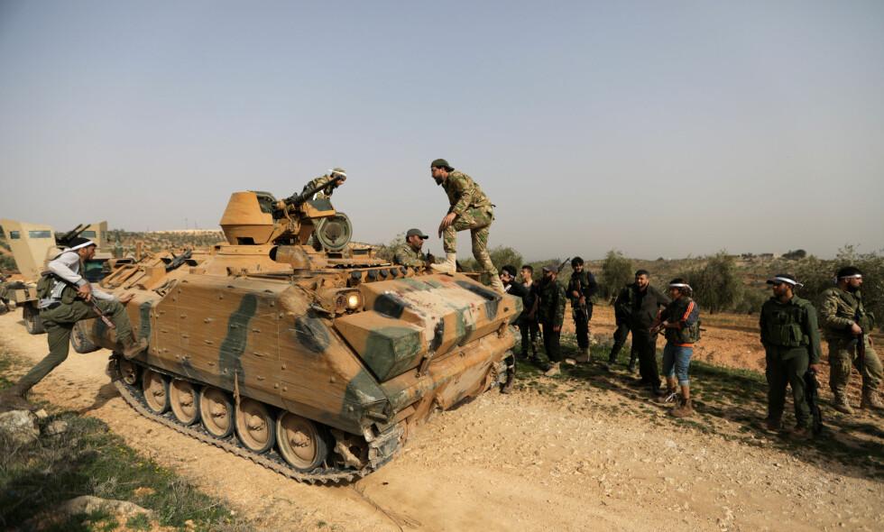 AFRIN: «Free Syrian Army»-soldater på vei mot Afrin, Syria. Bildet er tatt 6. mars 2018. Foto: REUTERS/Khalil Ashawi/NTB Scanpix