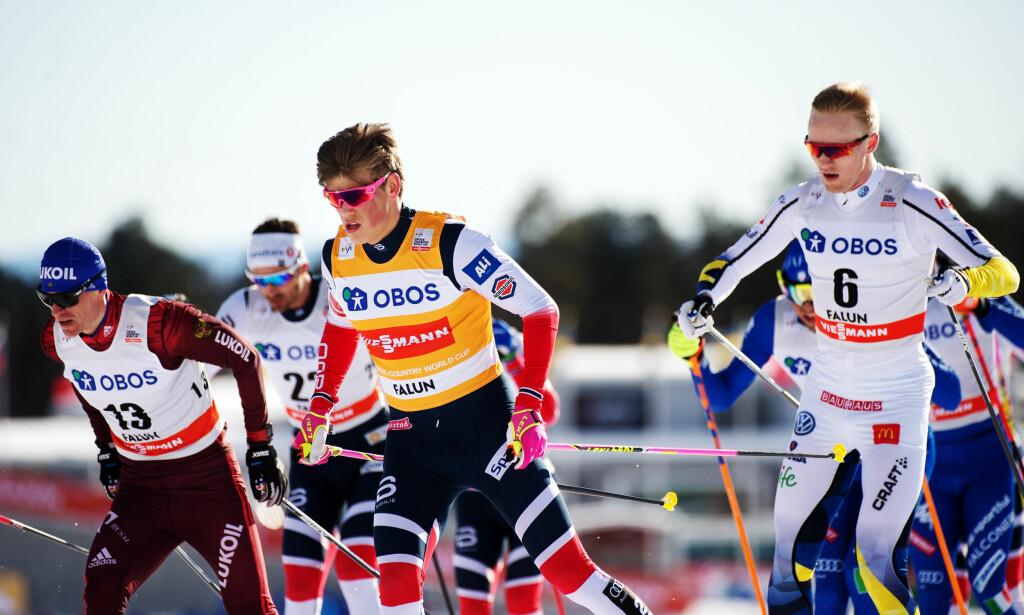 VANT SAMMENLAGT: Johannes Høsflot Klæbo gikk inn til en 25. plass i minitouren i Falun. Men det holdt likevel til seier i verdenscupen sammenlagt. Foto: Bildbyrån