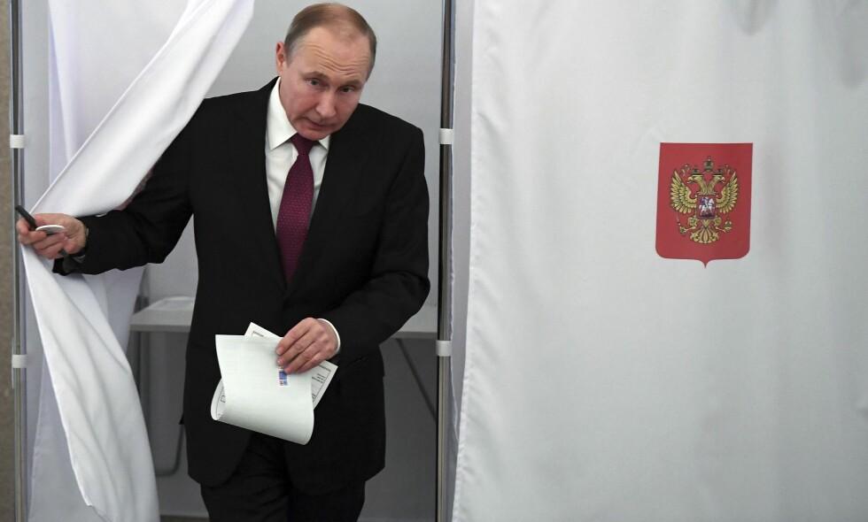 JOBBEN ER GJORT: Russlands president Vladimir Putin stemte i Moskva tidligere på søndagen. Foto: AP / NTB Scanpix
