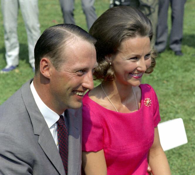 NEKTET Å GI SLIPP: Kong Harald, den gang kronprins Harald, hadde bare øyne for Sonja Haraldsen. Foto: NTB Scanpix