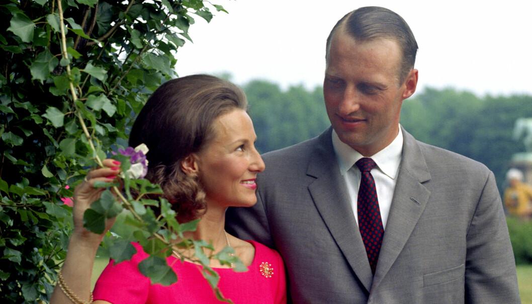FORLOVELSESBILDER: Oslo-jenta Sonja Haraldsen og kronprins Harald kunngjorde nyheten om forlovelsen 19. mars 1968. Foto: NTB Scanpix