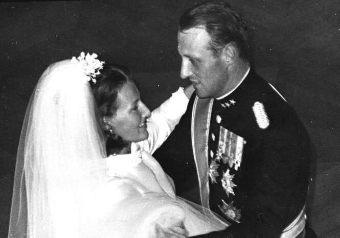 ENDELIG: Sonja og Harald fikk omsider gi hverandre sitt ja etter ni års ventetid. Foto: NTB Scanpix
