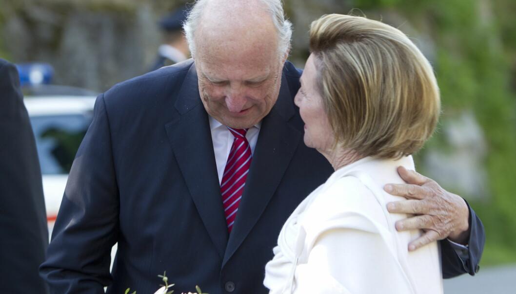 HOLDER SAMMEN: I dag er det 50 år siden kong Harald og dronning Sonja kunngjorde at de ønsket å gifte seg. Foto: NTB Scanpix
